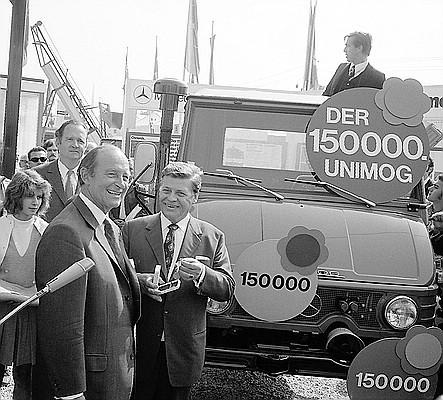 Am 27. September 1971 lief der 150 000. Unimog, Ein U 421, vom Band und wurde von Vorstandsmitglied Dr. Hanns Martin Schleyer als Spende für das Jugend- und Kinderdorf Wahlwies übergeben.