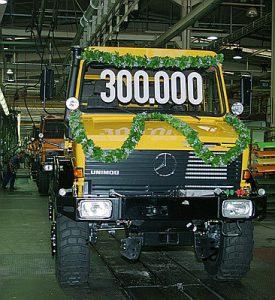 Im Juli 1994 läuft der 300.000 Unimog vom Band, das Jubiläumsfahrzeug ist ein U 1850 L (U 437.115).