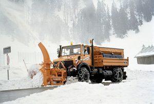 Unimog U 2400 TG (U 437.182) mit Seitenschneeschleuder und Feuchtsalzsilostreugerät im Winterdienst